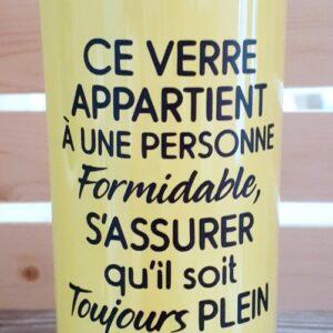 Ce verre appartient a une personne formidable – jaune